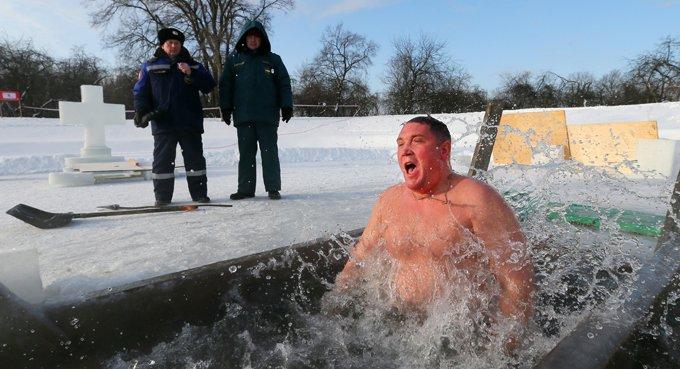 Крещенскими купаниями нельзя подменять истинное покаяние, - напомнили в Церкви