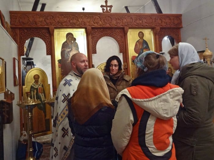 — Игумен Никита (Добронравов) рассказывает московским школьникам о том, как буквально из ничего создавался приход. Фото Надежды Смуглиенко.