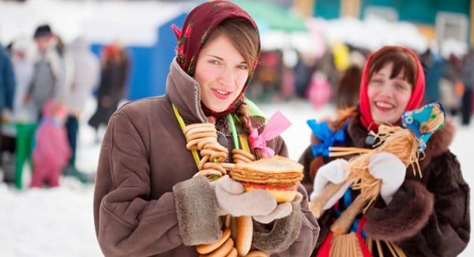 Россияне на Масленицу будут печь блины и ходить в гости, - опрос