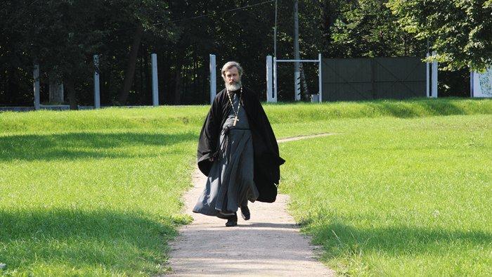 Для отца Кирилла Бутовский полигон— место, неразрывно связанное страгической судьбой его семьи в1930-х годах, иместо, по которому прошел путь его собственного жизненного служения