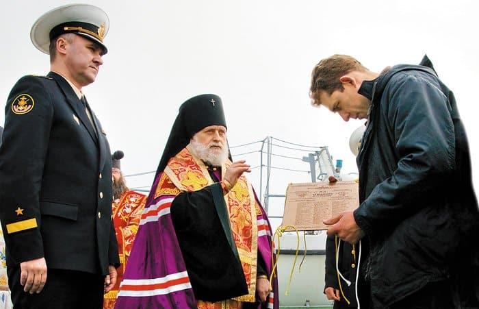 Архиепископ Верейский Евгений благословляет участников экспедиции «Поклон кораблям Великой Победы» после панихиды по погибшим подводникам
