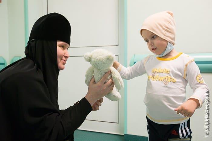 Игумения Елизавета и маленькая пациентка клиники