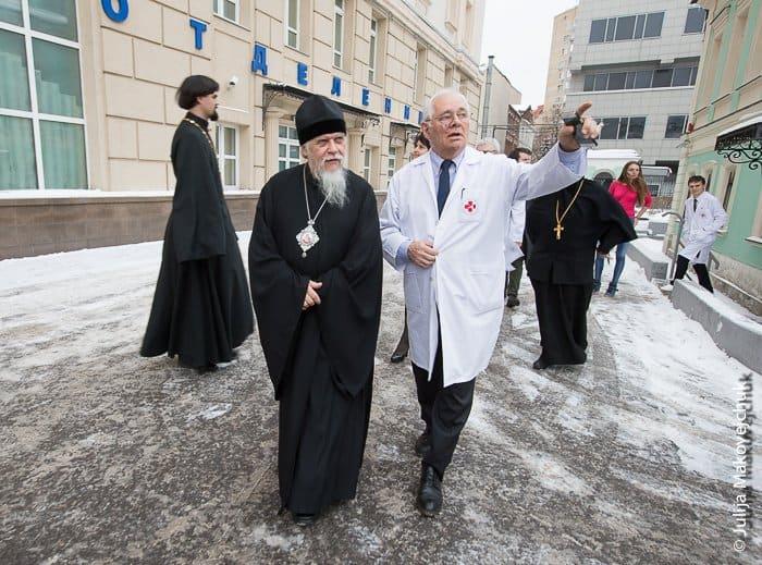 Епископ Пантелеимон  и Леонид Рошаль во дворе НИИ неотложной детской хирургии  и травматологии