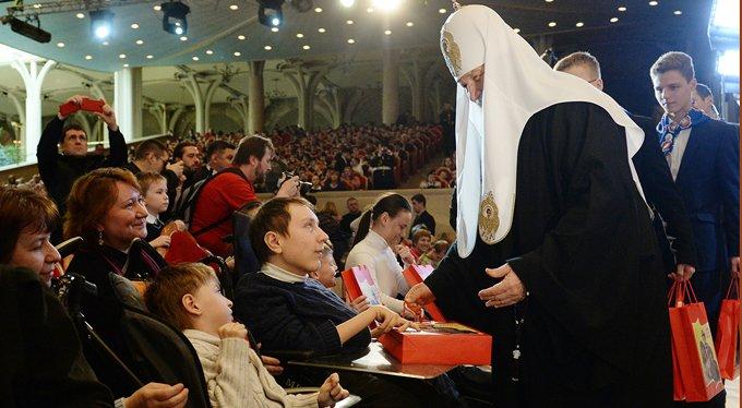 Дети-инвалиды получили в подарок от патриарха наборы книг