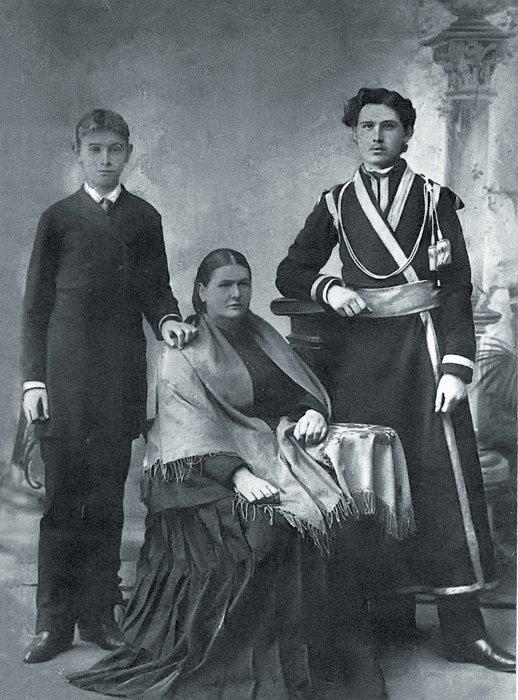 Братья  Николай (слева) иКонстантин Розовы сматерью