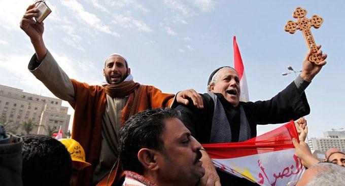 Мусульмане Египта жертвуют на храм в память об убитых коптах