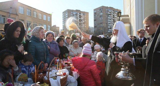 Патриарх Кирилл в Великую субботу освятил куличи в московских храмах