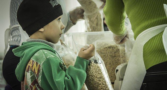 Погорельцам Хакасии направили питьевую воду и помогут с едой