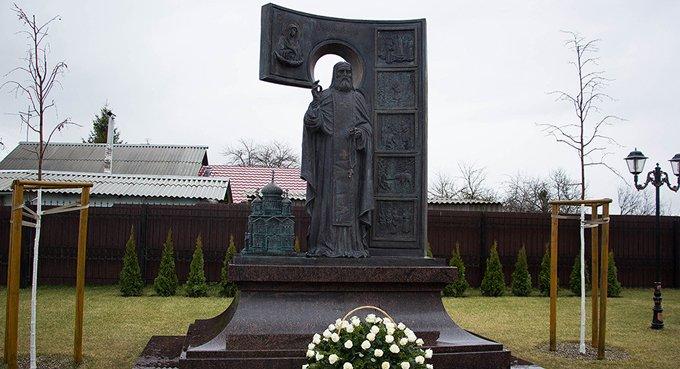 В Белгороде поставили памятник святому Серафиму Саровскому