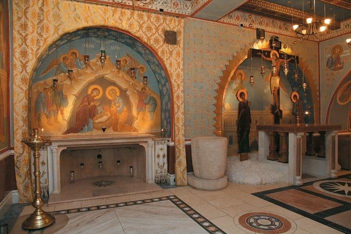 Место Рождества Спасителя иГолгофа вПокровском храме находятся рядом