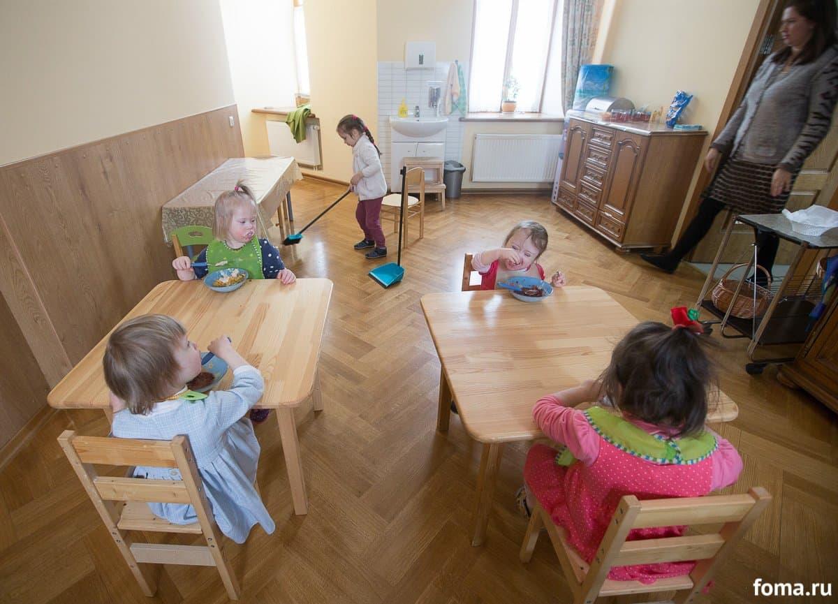 Столовая детского дома. Правило: девочки должны есть всё сами, управляться с ложкой, никуда не вставать, пока не закончат есть. Главное — концентрация внимания на задаче. Матрена из старшей группы подметает пол — она справилась с обедом чуть раньше