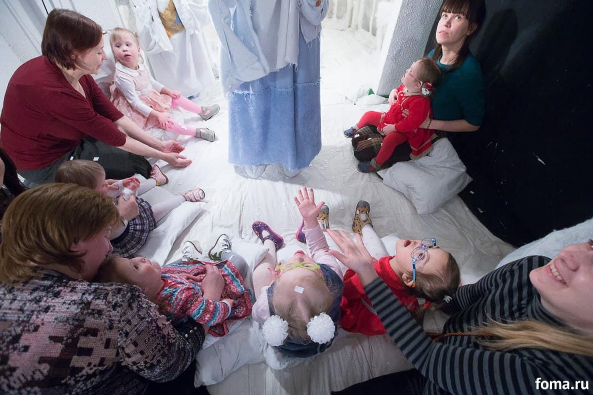 На интерактивном спектакле в театре кукол им. Дурова. Света сначала долго и внимательно смотрит и слушает, набирается впечатлений, а потом уже помаленьку вступает в игру