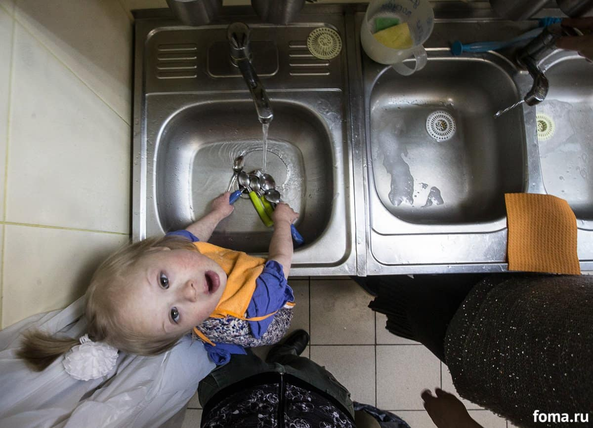 Света моет посуду после обеда. Каждый день в группе назначается дежурная по кухне. В ее обязанности входит поставить тарелки и приборы, помочь с хлебом, после еды — вытереть столы и помыть посуду. Конечно, основную работу делают воспитатели, но так незаметно, как будто всего лишь немножко помогают, а главная — дежурная