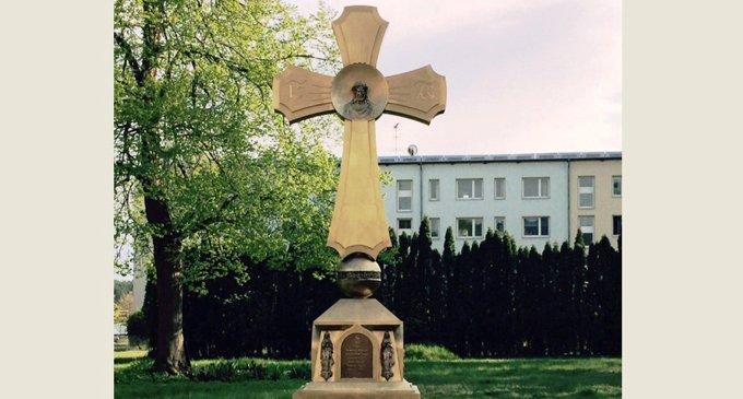 На бывшей даче нацистского маршала в честь Победы установили крест-памятник