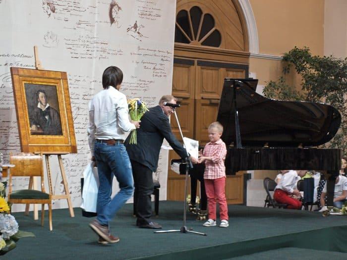 Вручение детям дипломов и подарков