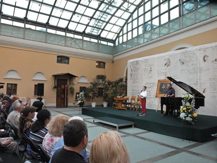 11-летний Андрей Андреев читает свои короткие иронические сказки