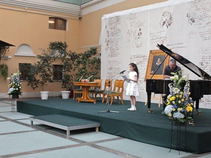 10-летняя Аня Остроумова читает свои стихи. Вернее, поет, на сочиненную ею же мелодию
