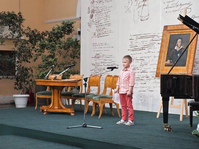 7-летний Ваня Макаров читает свою страшную историю «Черный стул», сочиненную год назад, когда он еще не умел писать