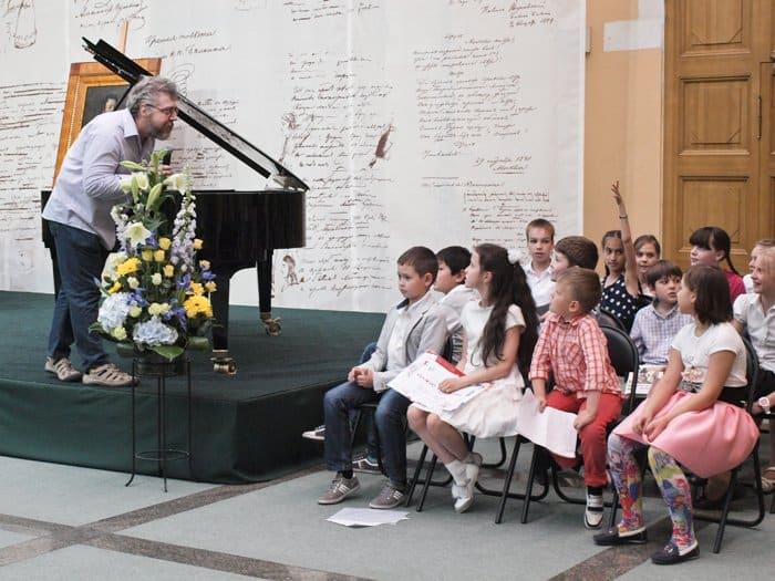 К детям с напутствием обращается директор музея-заповедника Михайловское Георгий Василевич
