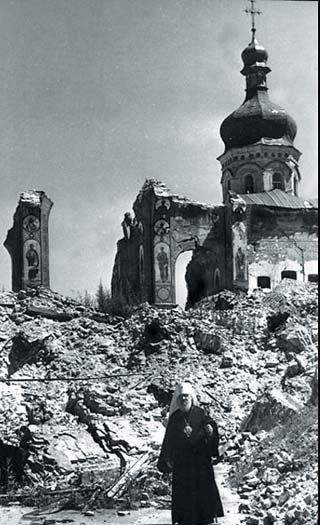 Патриарший экзарх митрополит  Галицкий Иоанн у разрушенной  немцами Киево-Печерской Лавры.  Ноябрь 1943