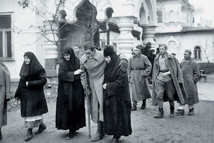 Киев. Прибытие раненых в госпиталь, расположенный в Покровском монастыре. 1943