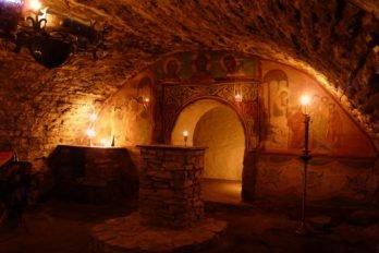 Алтарь посреди пещерного храма преподобного Досифея