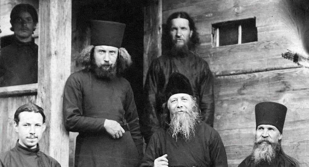 Иеромонах Анатолий (Потапов) с братией. 1910-е гг.