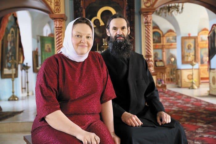 Настоятель храма протоиерей Алексей Лебедев с матушкой
