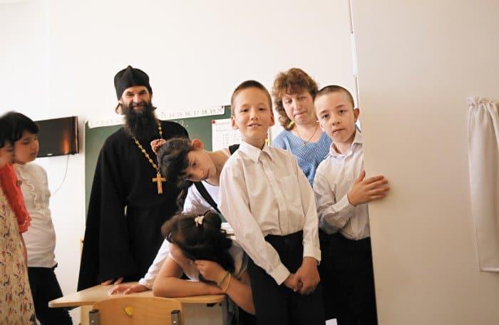 Отец Алексей окормляет и школу-интернат «Абсолют» в Райсеменовском