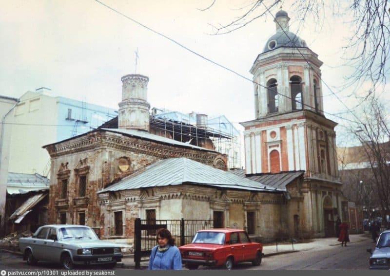 Храм Иоанна Богослова в Богословском переулке в Москве. Именно сюда Алексей Захаров пришел, когда задумался о крещении. 1997 г. Фото с сайта pastvu.com