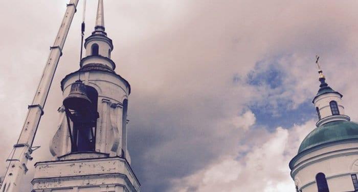 На звонницу уральского монастыря установили 16-тонный колокол