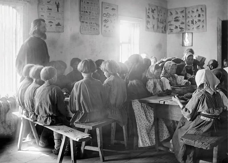 Столовая для крестьянских детей в церковно-приходской школе. 1890-е годы