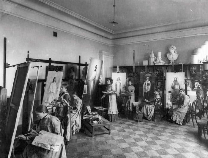Воспитанницы Свято-Владимирской женской церковно-учительской школы на занятиях в мастерской церковной жизни. 1909