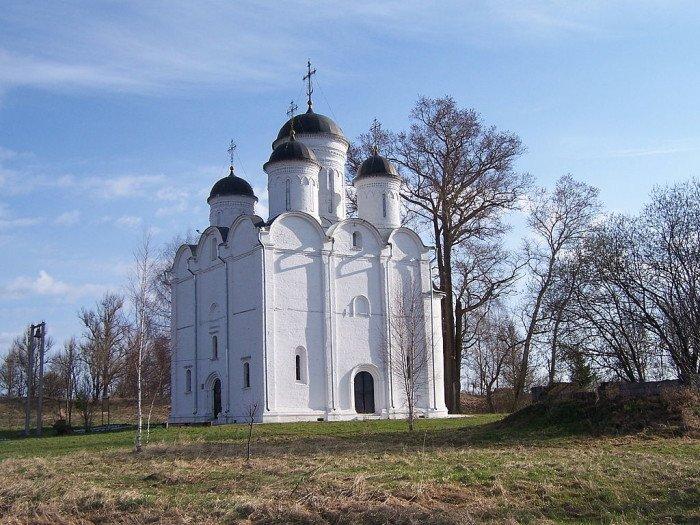 Собор Архангела Михаила XVI века в селе Микулино Лотошинского района Московской области