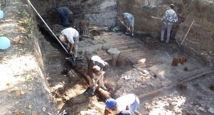Саркофаг XII века с останками шести человек нашли в монастыре Новгорода