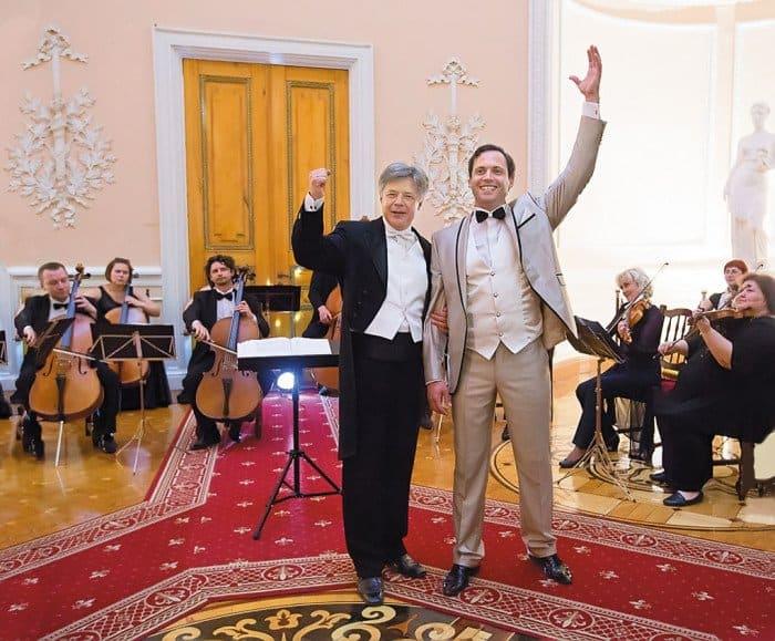 Одну из военных песен в исполнении солиста Большого театра Федора Тарасова подпевал весь зал, в том числе и сам маэстро Сергей Проскурин