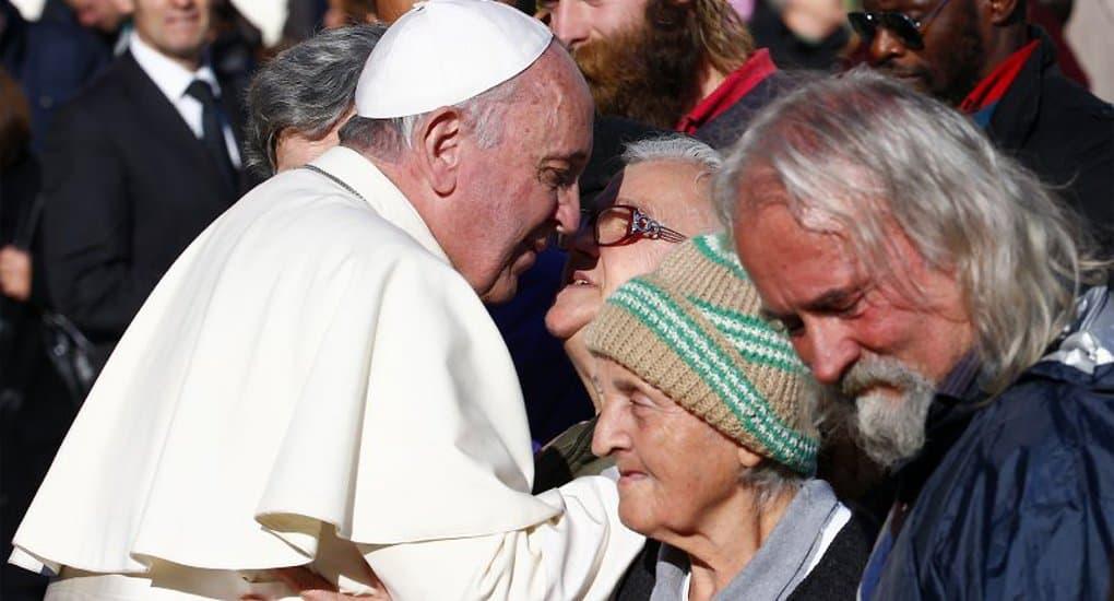 Папа Римский Франциск нарушил протокол ради трапезы с бездомными