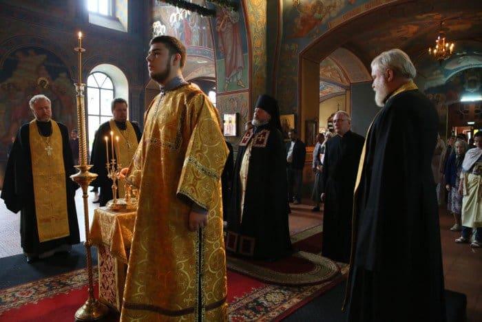 Настоятель храма Воскресения Христова на Семеновской архимандрит Августин совершает литию. За ним второй справа помощник настоятеля и алтарник Михаил Хасьминский