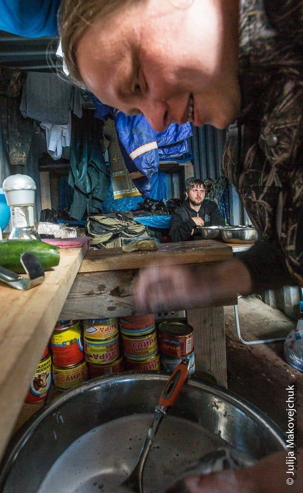 . Интерьер нашего хозяйственного контейнера. Склад продуктов илитературы, вещей, удочек, кухня инебольшой столик, на котором едят те, кто был на выезде ине успел на общую трапезу
