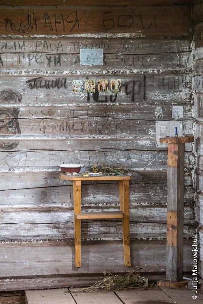 Горнее место хорошо сохранившегося деревянного храма вчесть святителя Иннокентия Иркутского взаброшенном селе Мутино