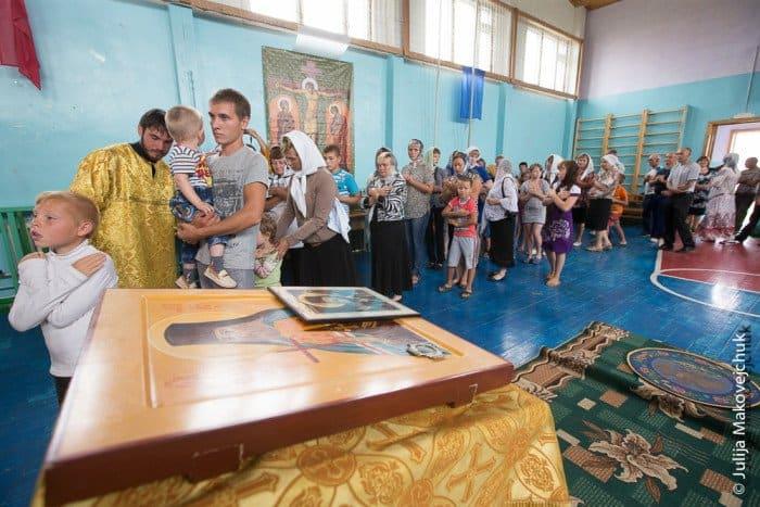 Сорок три новокрещеных христианина стоят вочереди кЧаше. В село Макарово мы прибыли вечером, время терять не стали ипровели встречу-знакомство сжителями. На следующий день рано утром было крещение, апосле отслужена литургия всамом большом помещении— спортивном зале школы-интерната
