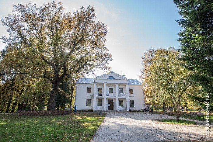 В 1938 году напротив усадебного дома построили лечебный корпус, а теперь здесь проводятся выставки, посвященные русским художникам, которые творили в Абрамцеве в XX столетии