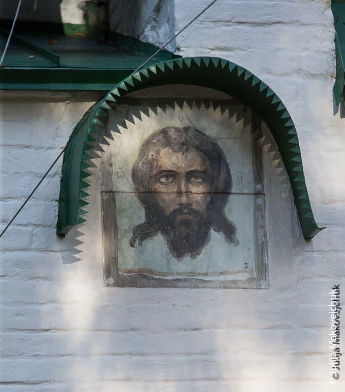 Образ Спаса Нерукотворного Поленов написал на керамике. При определенном положении солнца зубчики проходят прямо по голове Христа и символизируют терновый венец.