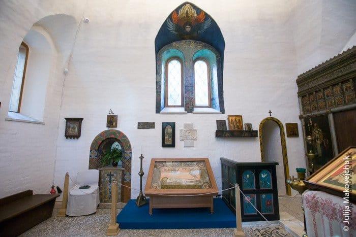 Оконные проемы выполнены по эскизам сына Мамонтовых Андрея.