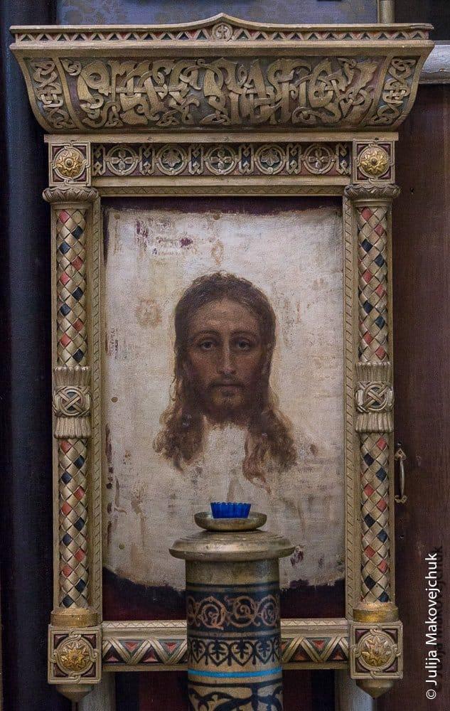 Главная храмовая икона — образ Спаса Нерукотворного. Написана И. Е. Репиным.