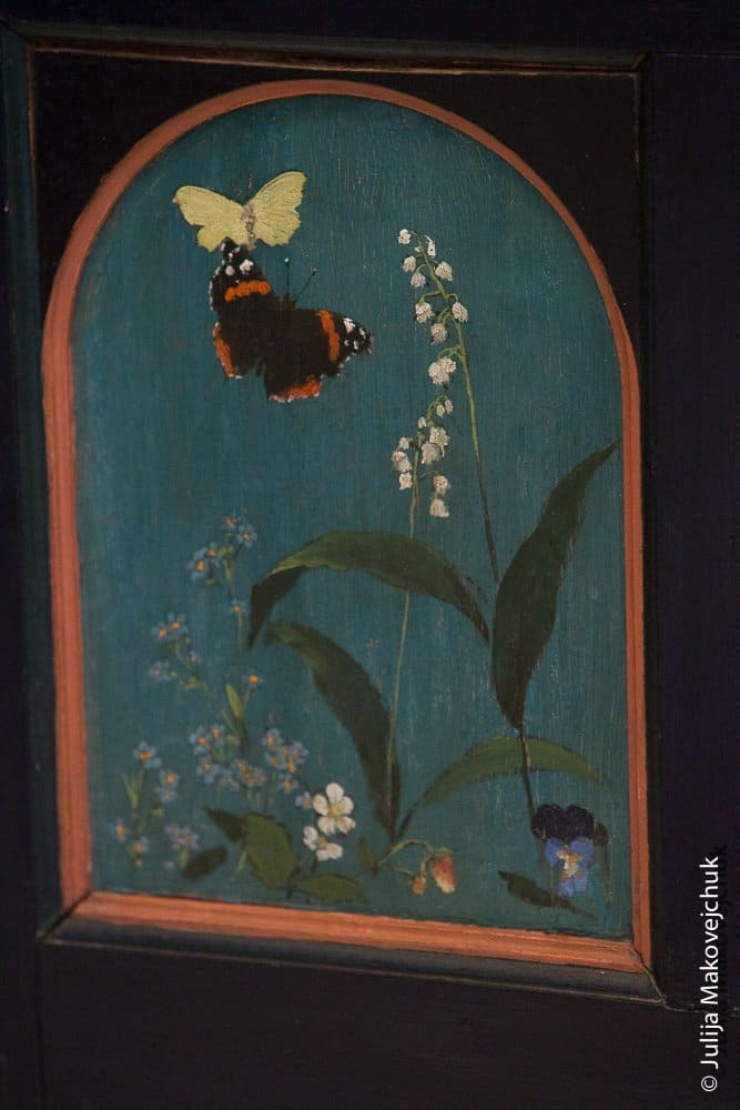 Клиросы выполнены по эскизам Васнецова, который разработал их за один день, увидев принесенные детьми садовые и лесные цветы.