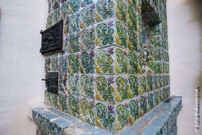 В храме находится первая печь Врубеля, поставленная в усадьбе.