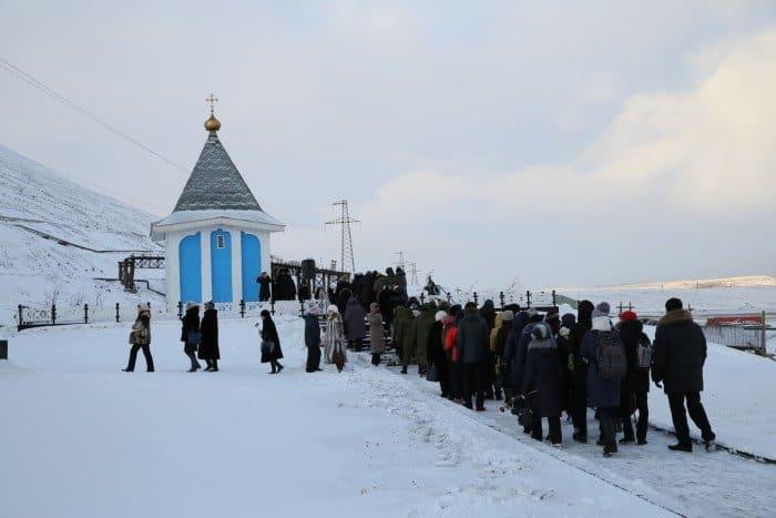Митинг и заупокойная лития проводятся рядом с часовней Честного и Животворящего Креста Господня.
