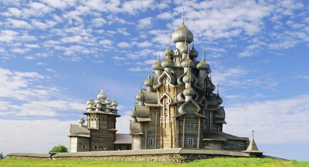 Первый из отреставрированных куполов установили на церковь в Кижах