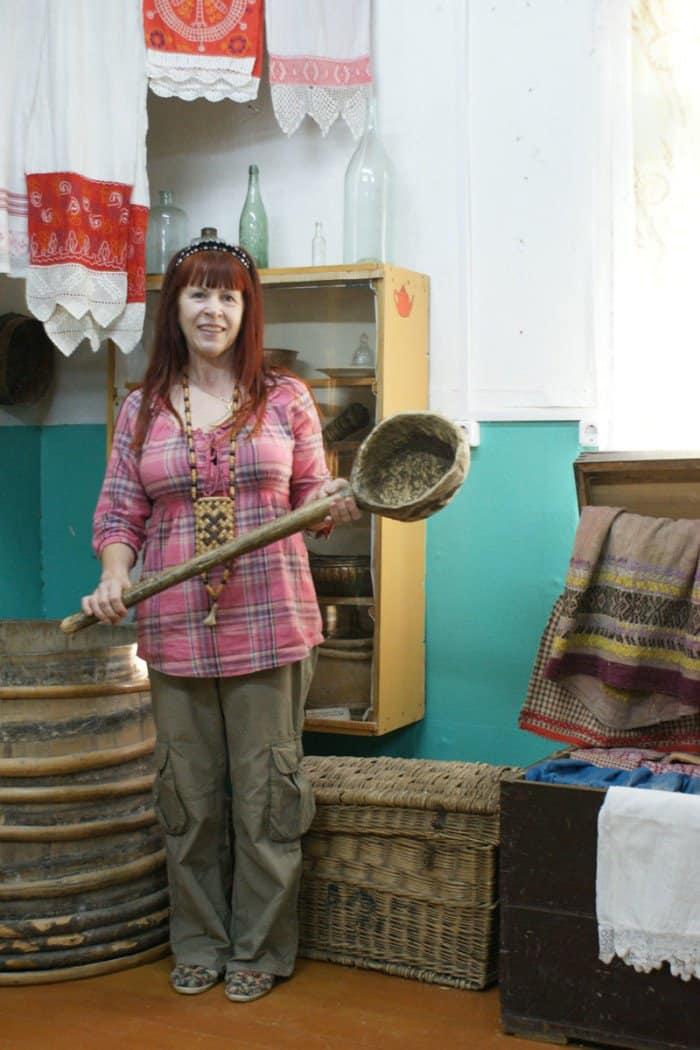 Надежда Ворощук со старинным деревянным черпаком
